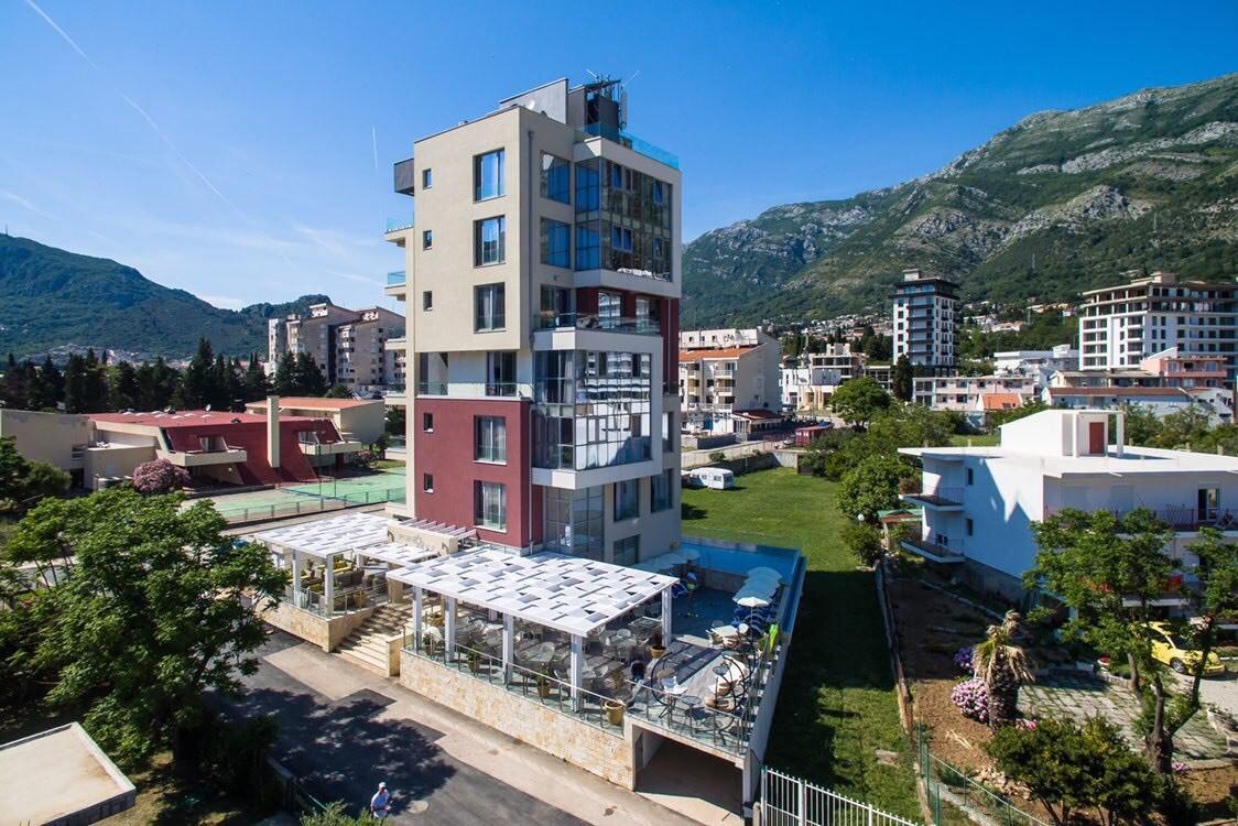 Терміновий продаж готелю в Чорногорії на березі моря зі своїм пляжем – ціна знижена на 45%